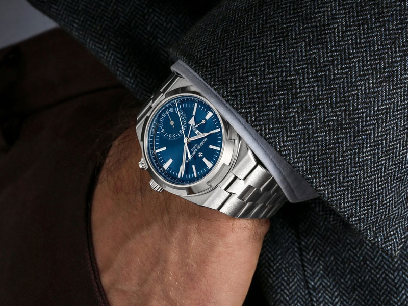 Feature - 2 OVERSEAS DUAL TIME 7900V/110A-B334